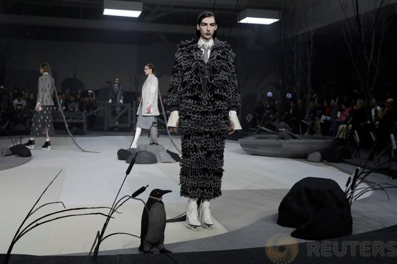 Sejumlah Model saat berjalan memperagakan koleksi desainer Thom Browne pada acara New York Fashion Week, di Manhattan New York, AS, Kamis (16/2/2017). Karyanya terinspirasi dari figure skating.