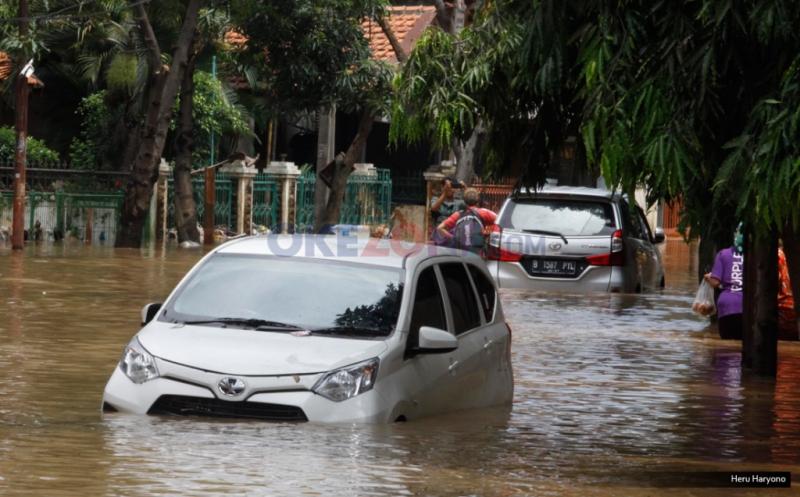 Dua kendaraan berjenis MPV terjebak di sebuah jalan yang terendam banjir di kawasan Bukit Duri, Jakarta, Kamis (16/2/2017). Banjir kiriman di kawasan ini terjadi sekira pukul 04.00 WIB dengan ketinggian air bervariasi.