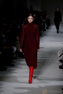 Sejumlah Model saat berjalan memperagakan koleksi desainer Victoria Beckham pada acara New York Fashion Week, di Manhattan New York, AS, Kamis (16/2/2017). Koleksi terbaru Victoria Beckham ini menaruh unsur feminisme pada karyanya.