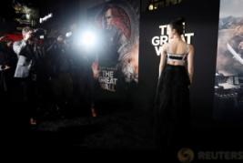"""Jing Tian Kenakan Gaun Hitam Panjang di Pemutaran Film """"The Great Wall"""""""