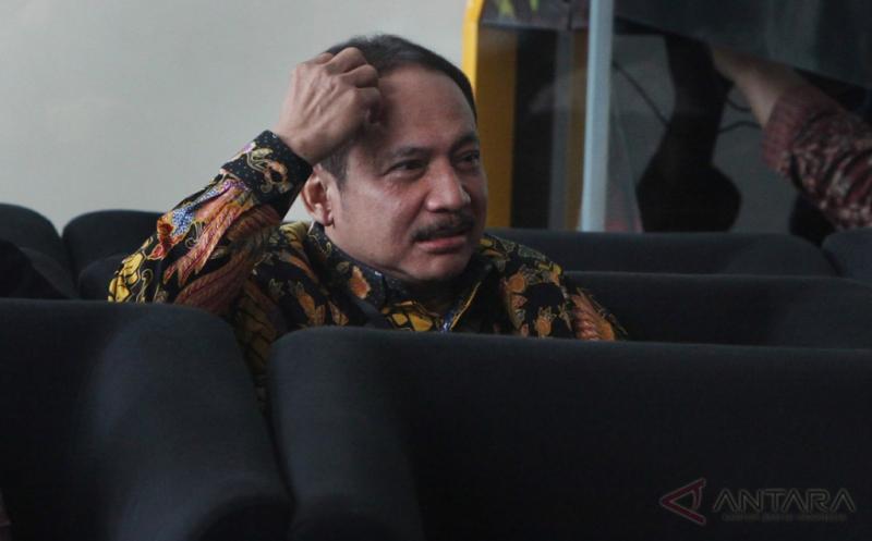 Hakim Mahkamah Konstitusi (MK) Suhartoyo berada di ruang tunggu sebelum diperiksa di Gedung KPK, Jakarta, Kamis (16/2/2017). Suhartoyo diperiksa KPK sebagai saksi terkait kasus suap hakim MK pada uji materi UU Peternakan dan Kesehatan Hewan dengan tersangka Patrialis Akbar.