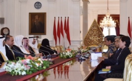 Presiden Joko Widodo (ketiga kanan) didampingi Wamenlu A.M. Fachir (kedua kanan) menerima kunjungan kehormatan Ketua Majelis Al-Syura Kerajaan Arab Saudi Abdullah Bin Mohammed Bin Ibrahim Al-Sheikh (ketiga kiri) di Istana Merdeka, Jakarta, Kamis (16/2/2017). Kunjungan kehormatan tersebut merupakan kunjungan pendahuluan sebelum Raja Arab Saudi melawat ke Indonesia pada awal Maret 2017.