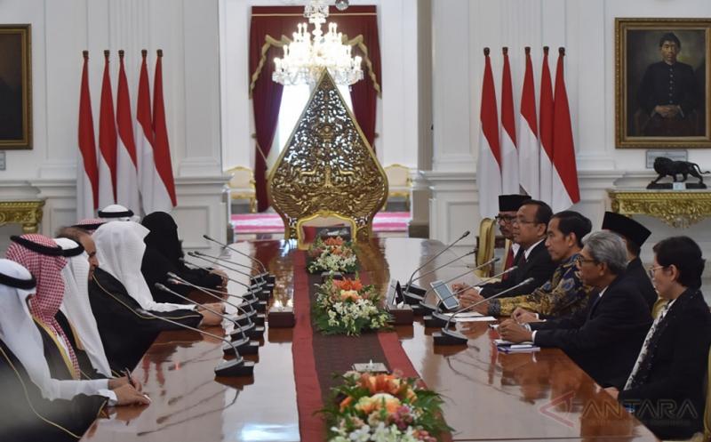 Presiden Joko Widodo (keempat kanan) didampingi Mensesneg Pratikno (kelima kanan) dan Wamenlu A.M. Fachir (kedua kanan) menerima kunjungan kehormatan Ketua Majelis Al-Syura Kerajaan Arab Saudi Abdullah Bin Mohammed Bin Ibrahim Al-Sheikh (kelima kiri) di Istana Merdeka, Jakarta, Kamis (16/2/2017). Kunjungan kehormatan tersebut merupakan kunjungan pendahuluan sebelum Raja Arab Saudi melawat ke Indonesia pada awal Maret 2017.