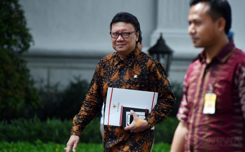 Mendagri Tjahjo Kumolo bergegas seusai bertemu Presiden Joko Widodo di Istana Merdeka, Jakarta, Kamis (16/2/2017). Pertemuan itu untuk melaporkan pelaksanaan Pilkada Serentak pada 15 Februari 2017.