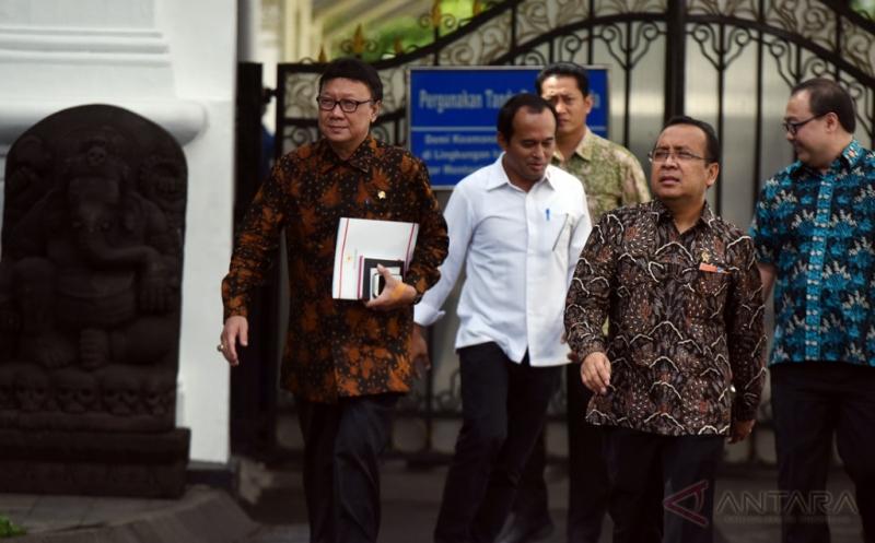 Mendagri Tjahjo Kumolo (kiri) bersama Mensesneg Pratikno (kedua kanan) bergegas seusai bertemu Presiden Joko Widodo di Istana Merdeka, Jakarta, Kamis (16/2/2017). Pertemuan itu untuk melaporkan pelaksanaan Pilkada Serentak pada 15 Februari 2017.