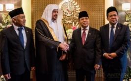 Ketua DPR Setya Novanto (kedua kanan) didampingi Wakil Ketua DPR Fahri Hamzah (kanan) dan Wakil Ketua DPR Agus Hermanto (kiri) berbincang dengan Ketua Majelis Syuro Arab Saudi Syeikh Abdullah bin Muhammad bin Ibrahim Al-Syeikh (kedua kiri) saat kunjungan bilateral di Nusantara III Komplek Parlemen Senayan, Jakarta, Kamis (16/2/2017). Pertemuan tersebut merupakan kunjungan bilateral antar dua lembaga negara dan tindak lanjut rencana investasi Arab Saudi di Indonesia di bidang pertanian dan infrastruktur maritim.
