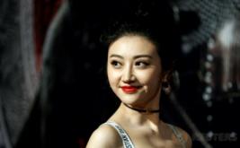 Bibir Merah Merona si Cantik Jing Tian