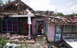 Sejumlah warga berada di antara bangunan rumah terdampak angin puting beliung di Desa Terung, Krian, Sidoarjo, Jawa Timur, Kamis (16/2/2017). Sekira 250 rumah di wilayah itu mengalami kerusakan akibat diterjang angin puting beliung yang terjadi kemarin.