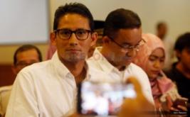 Pasangan Cagub-Cawagub Anies Baswedan (kanan) dan Sandiaga Uno (kiri) usai konferensi pers di DPP Gerindra, Ragunan, Jakarta, Kamis (16/2/2017). Dalam kesempatan tersebut, keduanya meminta pendukungnya agar tidak terlalu berlebihan dalam menanggapi hasil Quick Count atau hitung cepat, dan mempersiapkan strategi untuk putaran kedua.