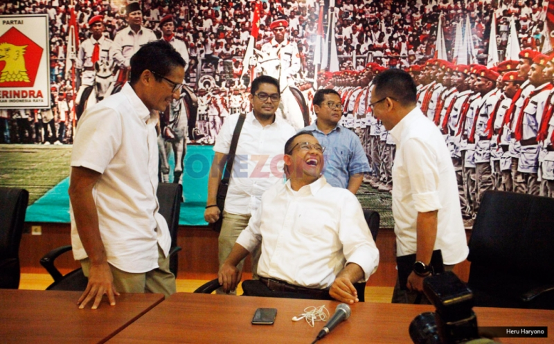 Pasangan Cagub-Cawagub Anies Baswedan (tengah), Sandiaga Uno (kiri) dan Tim Konsultan Pemenangan Eep Saefulloh Fatah (kanan) usai konferensi pers di DPP Gerindra, Ragunan, Jakarta, Kamis (16/2/2017). Dalam kesempatan tersebut, keduanya meminta pendukungnya agar tidak terlalu berlebihan dalam menanggapi hasil Quick Count atau hitung cepat, dan mempersiapkan strategi untuk putaran kedua.