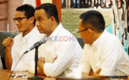 Pasangan Cagub-Cawagub Anies Baswedan (tengah), Sandiaga Uno (kiri) dan Tim Konsultan Pemenangan Eep Saefulloh Fatah (kanan) saat konferensi pers di DPP Gerindra, Ragunan, Jakarta, Kamis (16/2/2017). Dalam kesempatan tersebut, keduanya meminta pendukungnya agar tidak terlalu berlebihan dalam menanggapi hasil Quick Count atau hitung cepat, dan mempersiapkan strategi untuk putaran kedua.