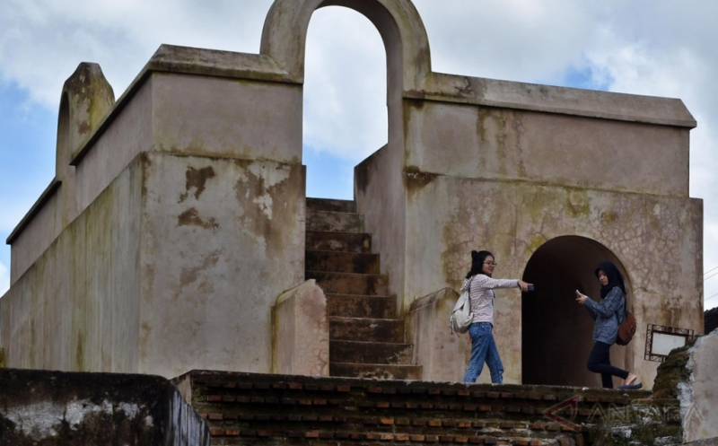 Sejumlah wisatawan mengunjungi obyek wisata Situs Pesanggrahan Warungboto di Umbulharjo, Yogyakarta, Kamis (16/2/2017). Cagar budaya yang baru saja dibuka sebagai destinasi wisata pada Desember 2016 tersebut dahulu merupakan tempat pesanggrahan atau peristirahatan keluarga Kerajaan Ngayogyakarta Hadiningrat. Cagar budaya itu didirikan pada masa pemerintahan Sultan Hamengkubuwono I hingga Sultan HB II atau pada 1785.