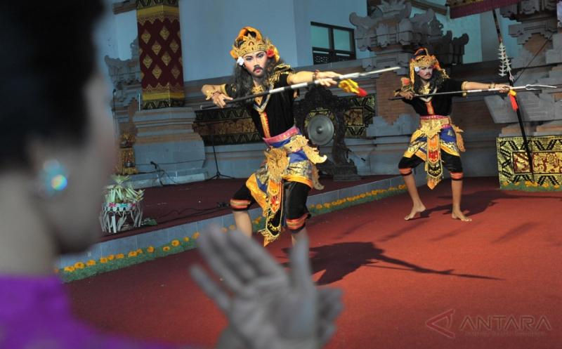 Seorang pemandu tari memberi isyarat gerakan Tari Wira Yuda kepada seniman penyandang tuna rungu saat lomba kesenian bagi penyandang disabilitas di Taman Budaya Denpasar, Bali, Kamis (16/2/2017). Kegiatan yang diikuti para penyandang disabilitas dari Kota Denpasar dan delapan kabupaten di Bali tersebut untuk memberi ruang bagi para penyandang disabilitas dalam berkreativitas pada bidang seni budaya.