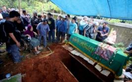 Sejumlah pewarta foto mengusung keranda jenazah pewarta foto Harian Koran Jakarta, Guntoro, saat akan dimakamkan di TPU di kawasan Pondok Rajeg, Depok, Jawa Barat, Kamis (16/2/2017). Guntoro meninggal dunia saat bertugas meliput banjir di kawasan Pejaten, Jakarta.