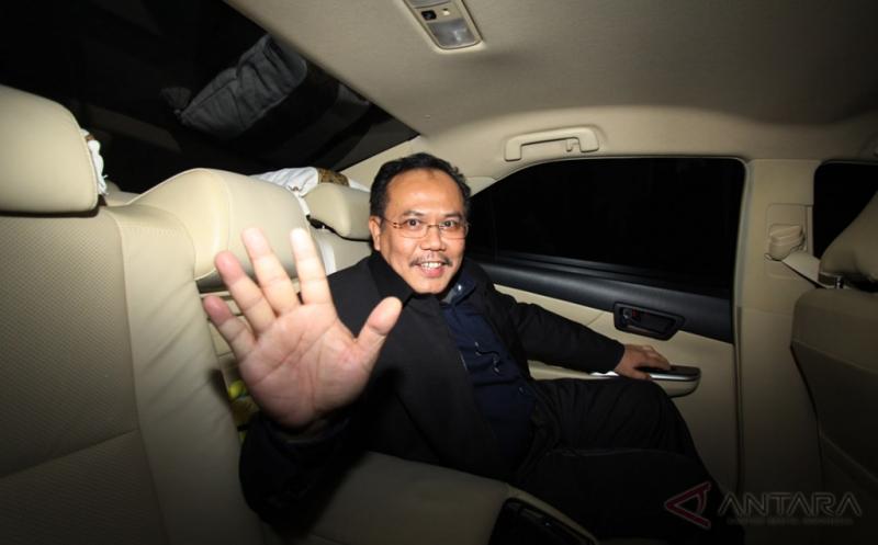Hakim Mahkamah Konstitusi (MK) Aswanto , menjawab pertanyaan wartawan usai menjalani pemeriksaan di Gedung KPK, Jakarta, Kamis (16/2/2017). Aswanto diperiksa untuk empat tersangka sekaligus yaitu Hakim MK (nonaktif) Patrialis Akbar, Direktur PT Spekta Selaras Bumi Kamaluddin, Direktur Utama Sumber Laut Perkasa dan PT Impexindo Pratama Basuki Hariman dan General Manager PT Impexindo Pratama NG Fenny, dalam kasus dugaan suap proses uji materiil UU Nomor 41 Tahun 2014 tentang Peternakan dan Kesehatan Hewan yang sedang ditangani MK.