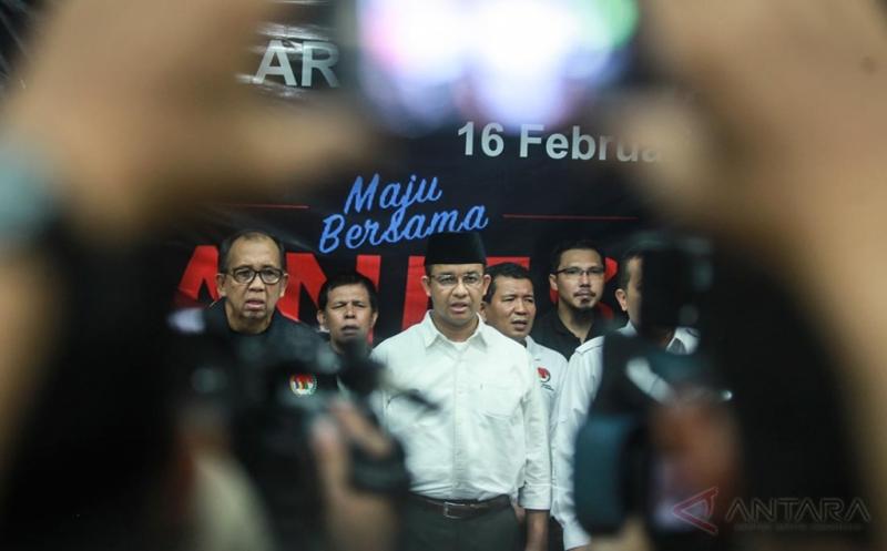 Calon Gubernur DKI Jakarta Anies Baswedan (kedua kiri) bersama Ketua Umum KMNI yang juga koordinator Relawan Agus-Silvi Alex Asmasoebrata (kiri) dan relawan lainnya melakukan deklarasi untuk mendukung pasangan Anies-Sandi pada Pilkada DKI Jakarta putaran kedua di Jakarta, Kamis (16/2/2017). KMNI yang merupakan pendukung Agus-Silvi resmi mendeklarasikan mendukung pasangan Anies-Sandi setelah pasangan yang di dukungnya kalah pada hasil hitung cepat.