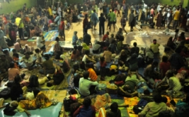 Sejumlah korban banjir mengungsi di GOR Sasana Krida Adhuikarsa, Brebes, Jawa Tengah, Kamis (16/2/2017). Ribuan warga dari empat desa mengungsi, akibat rumahnya terendam banjir akibat jebolnya tanggul Sungai Pemali setinggi 1 meter hingga 2,5 meter. ANTARA FOTO/Oky Lukmansyah/pd/17