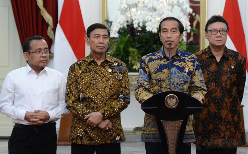 Presiden Joko Widodo (kedua kanan) didampingi Menko Polhukam Wiranto (kedua kiri), Mendagri Tjahjo Kumolo (kanan) dan Mensesneg Pratikno (kiri) memberikan keterangan pers terkait pelaksanaan Pilkada serentak 2017 di Istana Merdeka, Jakarta, Kamis (16/2/2017). Presiden Joko Widodo mengucapkan terima kasih kepada seluruh pihak dan bersyukur atas pelaksanaan Pilkada serentak 15 Februari 2015 kemarin di 101 daerah pemilihan berjalan lancar. (ANTARAFOTO/Setpres/Krishadiyanto)