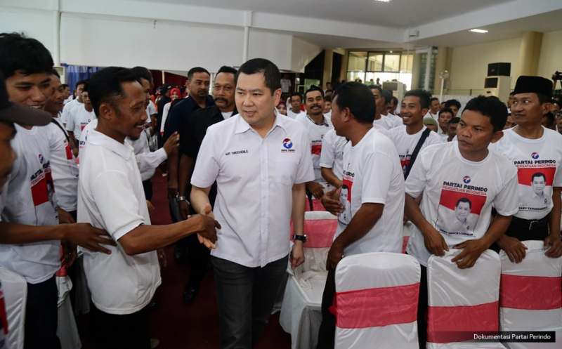 Ketua Umum Partai Perindo Hary Tanoesoedibjo tiba di lokasi pelantikan 248 DPRt Partai Perindo Kabupaten Batang di Batang, Jawa Tengah, Kamis (16/2/2017). Dalam pengarahannya, Hary Tanoe meminta pengurus yang baru dilantik untuk terus turun ke masyarakat, melakukan berbagai kegiatan yang berdampak positif bagi mereka.