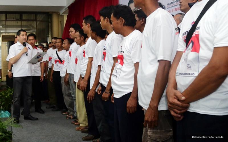 Pengurus Perindo yang baru dilantik mengibarkan pataka Perindo yang diberikan Ketua Umum Partai Perindo Hary Tanoesoedibjo pada acara pelantikan 248 DPRt Partai Perindo Kabupaten Batang di Batang, Jawa Tengah, Kamis (16/2/2017).
