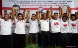 Ketua Umum Partai Perindo Hary Tanoesoedibjo (tiga kiri) foto bersama usai melantik 248 DPRt Partai Perindo Kabupaten Batang di Batang, Jawa Tengah, Kamis (16/2/2017). Hary Tanoe meminta pengurus yang baru dilantik untuk terus turun ke masyarakat, melakukan berbagai kegiatan yang berdampak positif bagi mereka.