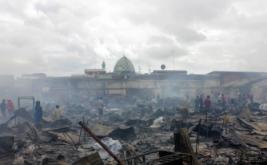 Sejumlah warga memulung sisa kebakaran di Pasar Sentral Remu Kota Sorong Papua Barat, Jumat (17/2/2017). Ratusan lapak pedagang hangus terbakar akibat kebakaran yang terjadi Kamis malam di wilayah setempat yang dalam dugaan sementara diakibatkan arus pendek listrik dengan kerugian ditaksir mencapai miliaran rupiah.