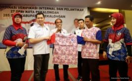 Ketua Umum Partai Perindo Hary Tanoesoedibjo menerima kaos Partai Perindo dengan motif batik Pekalongan usai melantik pengurus DPRt Partai Perindo Kota dan Kabupaten Pekalongan, Jawa Tengah, Kamis (16/2/2017).