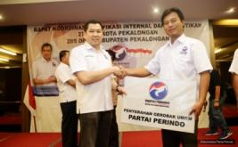 Ketua Umum Partai Perindo Hary Tanoesoedibjo menyerahkan Gerobak Perindo kepada UMKM binaan di Pekalongan, Jawa Tengah, Kamis (16/2/2017). Sebanyak 45 Gerobak Perindo diberikan Hary Tanoe untuk UMKM binaan Partai Perindo Kabupaten dan Kota Pekalongan.