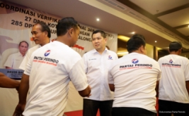 Ketua Umum Partai Perindo Hary Tanoesoedibjo (tiga kanan) bersalaman dengan pengurus Perindo yang baru dilantik pada acara pelantikan 27 DPRt Kota Pekalongan dan 285 DPRt Kabupaten Pekalongan di Pekalongan, Jawa Tengah, Kamis (16/2/2017).