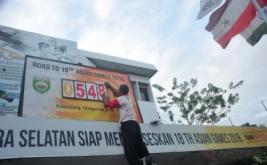 Petugas mengganti angka papan hitung mundur Asian Games di gedung Dinas Pemuda dan Olahraga Provinsi Sumatera Selatan Palembang, Kamis (16/2/2017). Papan penghitungan mundur ini dipasang dinas setempat untuk mengingatkan semua pihak terkait untuk berpartisipasi mensukseskan helatan olahraga se-Asia yang akan dilaksanakan di Palembang-Jakarta 18 Agustus 2018 mendatang.