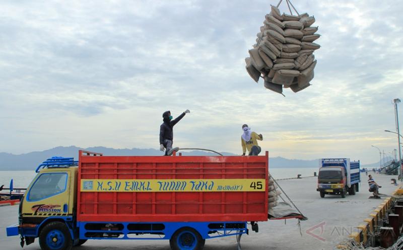 Buruh memuat semen dari kapal yang bersandar di Pelabuhan Tunon Taka, Nunukan, Kalimantan Utara, Jumat (17/2/2017). Pasokan semen dari Surabaya tersebut diharapkan dapat meminimalisir kelangkaan bahan bangunan untuk kelancaran pembangunan di Kabupaten Nunukan yang berada di wilayah perbatasan RI-Malaysia.