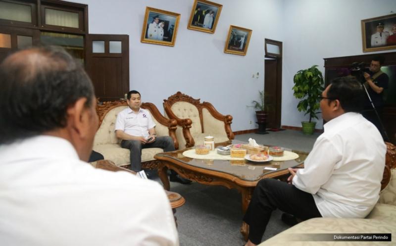 Ketua Umum Partai Perindo Hary Tanoesoedibjo (dua kanan) bersilaturahmi dengan Bupati Pekalongan Asip Kholbihi (kanan) di Pekalongan, Jawa Tengah, Kamis (16/2/2017). Keduanya membahas perkembangan ekonomi daerah, pariwisata dan batik yang menjadi produk unggulan Pekalongan.