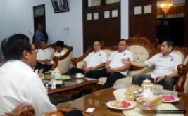 Ketua Umum Partai Perindo Hary Tanoesoedibjo (kanan) bersilaturahmi dengan Bupati Pekalongan Asip Kholbihi (kiri) di Pekalongan, Jawa Tengah, Kamis (16/2/2017). Keduanya membahas perkembangan ekonomi daerah, pariwisata dan batik yang menjadi produk unggulan Pekalongan.