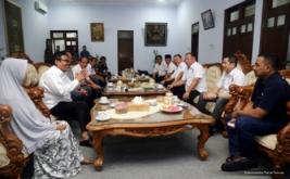 Ketua Umum Partai Perindo Hary Tanoesoedibjo (dua kanan) bersilaturahmi dengan Bupati Pekalongan Asip Kholbihi (dua kiri) di Pekalongan, Jawa Tengah, Kamis (16/2/2017). Keduanya membahas perkembangan ekonomi daerah, pariwisata dan batik yang menjadi produk unggulan Pekalongan.