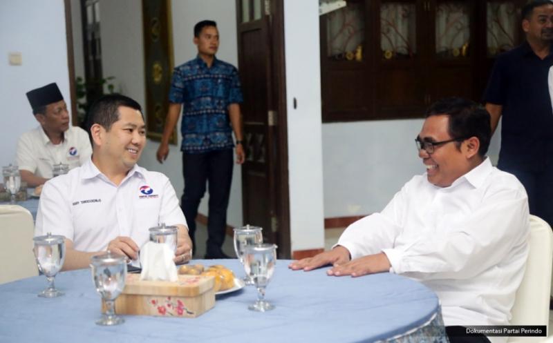 Ketua Umum Partai Perindo Hary Tanoesoedibjo (kiri) bersilaturahmi dengan Bupati Pekalongan Asip Kholbihi (kanan) di Pekalongan, Jawa Tengah, Kamis (16/2/2017). Keduanya membahas perkembangan ekonomi daerah, pariwisata dan batik yang menjadi produk unggulan Pekalongan.