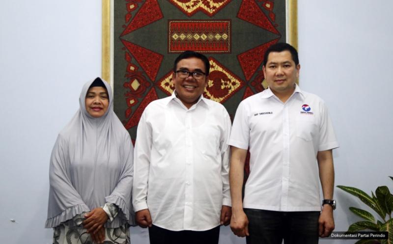 Ketua Umum Partai Perindo Hary Tanoesoedibjo (kanan) foto bersama Bupati Pekalongan Asip Kholbihi (tengah) di Pekalongan, Jawa Tengah, Kamis (16/2/2017).