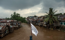 Warga beraktivitas di sekitar bantaran Sungai Ciliwung kawasan Manggarai, Jakarta, Jumat (17/2/2017). Gubernur DKI Jakarta Basuki Tjahaja Purnama (Ahok) menyebutkan bahwa pengerjaan proyek normalisasi berpotensi mendongkrak harga lahan di kawasan bantaran yang kerap terendam banjir menjadi lebih baik.