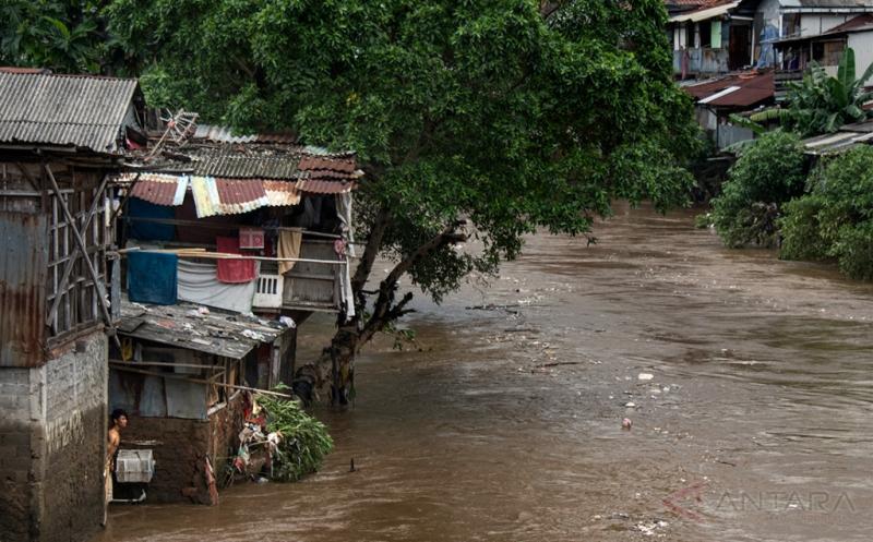 Suasana di sekitar bantaran Sungai Ciliwung kawasan Manggarai, Jakarta, Jumat (17/2/2017). Gubernur DKI Jakarta Basuki Tjahaja Purnama (Ahok) menyebutkan bahwa pengerjaan proyek normalisasi berpotensi mendongkrak harga lahan di kawasan bantaran yang kerap terendam banjir menjadi lebih baik.