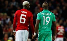 Pesepakbola Manchester United Paul Pogba (jersey merah) bersama pesepakbola Saint-Etienne yang juga saudara kandungnya Florentin Pogba usai laga leg pertama babak 32 besar, di Manchester, Inggris, Jumat (17/2/2017) dini hari WIB. Pada laga tersebut, Manchester United meraih kemenangan meyakinkan tiga gol tanpa balas.