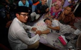 Cawagub DKI Jakarta Sandiaga Uno usai salat Jumat menjenguk teman sekolahnya Handrayani yang sedang sakit di Petogogan, Jakarta, Jumat (17/2/2017). Handrayani (48) merupakan teman sekolah waktu di SMP 12 Jakarta,  yang sekarang terbaring sakit karena tumor payu dara.