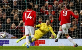 Zlatan Ibrahimovic (kanan) mencetak gol ke gawang Saint Etienne lewat tendangan penalti. (Reuters/Jason Cairnduff)