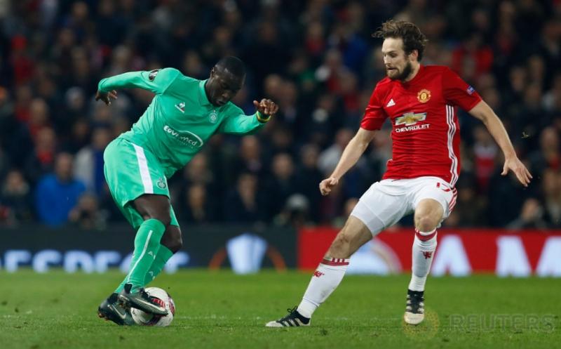 Henri Saivet (kiri) mengontrol bola saat melewati Daley Blind. (Reuters/Jason Cairnduff)