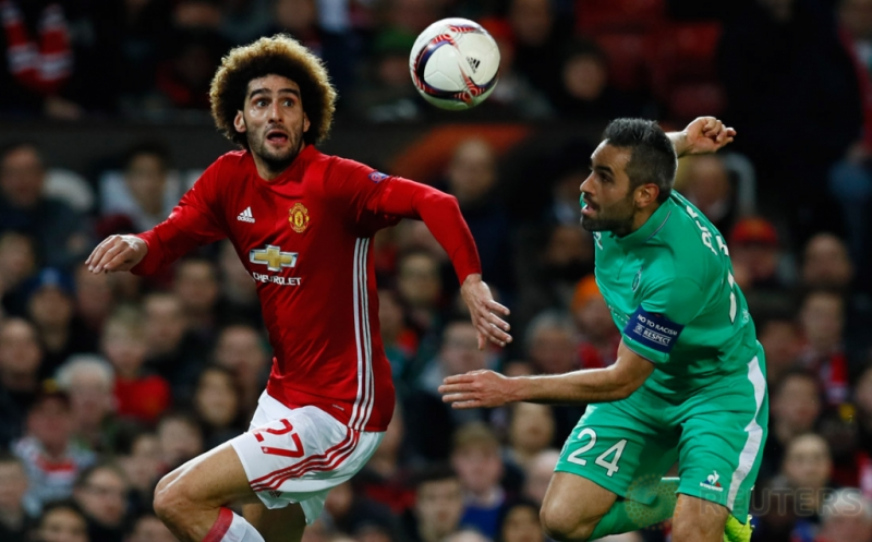 Marouane Fellaini (kiri) berebut bola dengan Loic Perrin. (Reuters/Jason Cairnduff)