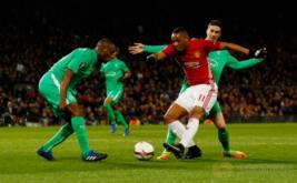 Anthony Martial (tengah) dikawal dua pemain Saint Etienne. (Reuters/Jason Cairnduff)