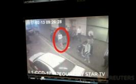 Seorang wanita memakai kaos lengan panjang 'LOL' terekam CCTV Bandara Internasional Kuala Lumpur, Malaysia. Wanita tersebut ditangkap terkait pembunuhan Kim Jong-Nam, kakak tiri pemimpin Korea Utara Kim Jong-Un. (STAR TV Via REUTERS TV)