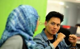 Penyanyi Rendy Pandugo (kiri) dan Host Camelia saat Live Streaming Kongkow Warung Kopi di kantor Redaksi Okezone, Jakarta, Jumat (17/2/2017). Rendy Pandugo merupakan penyanyi pendatang baru yang suaranya dimiripkan dengan penyanyi John Mayer.