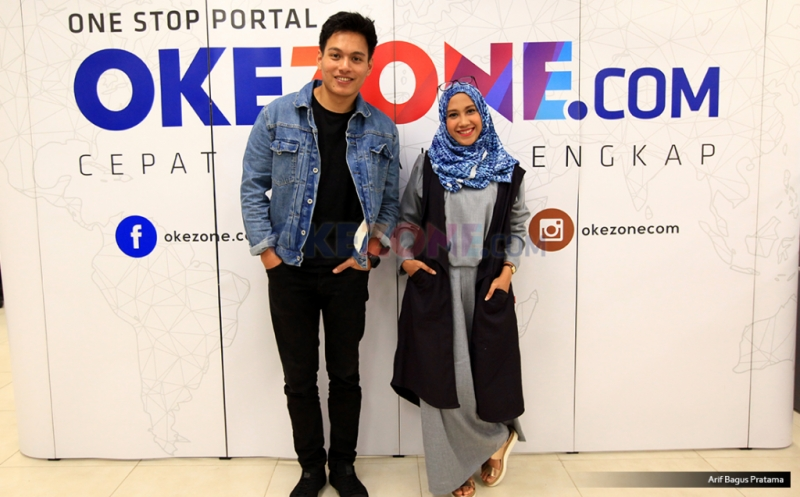 Penyanyi Rendy Pandugo (kanan) dan Host Camelia berfoto bersama seusai Live Streaming Kongkow Warung Kopi di kantor Redaksi Okezone, Jakarta, Jumat (17/2/2017).