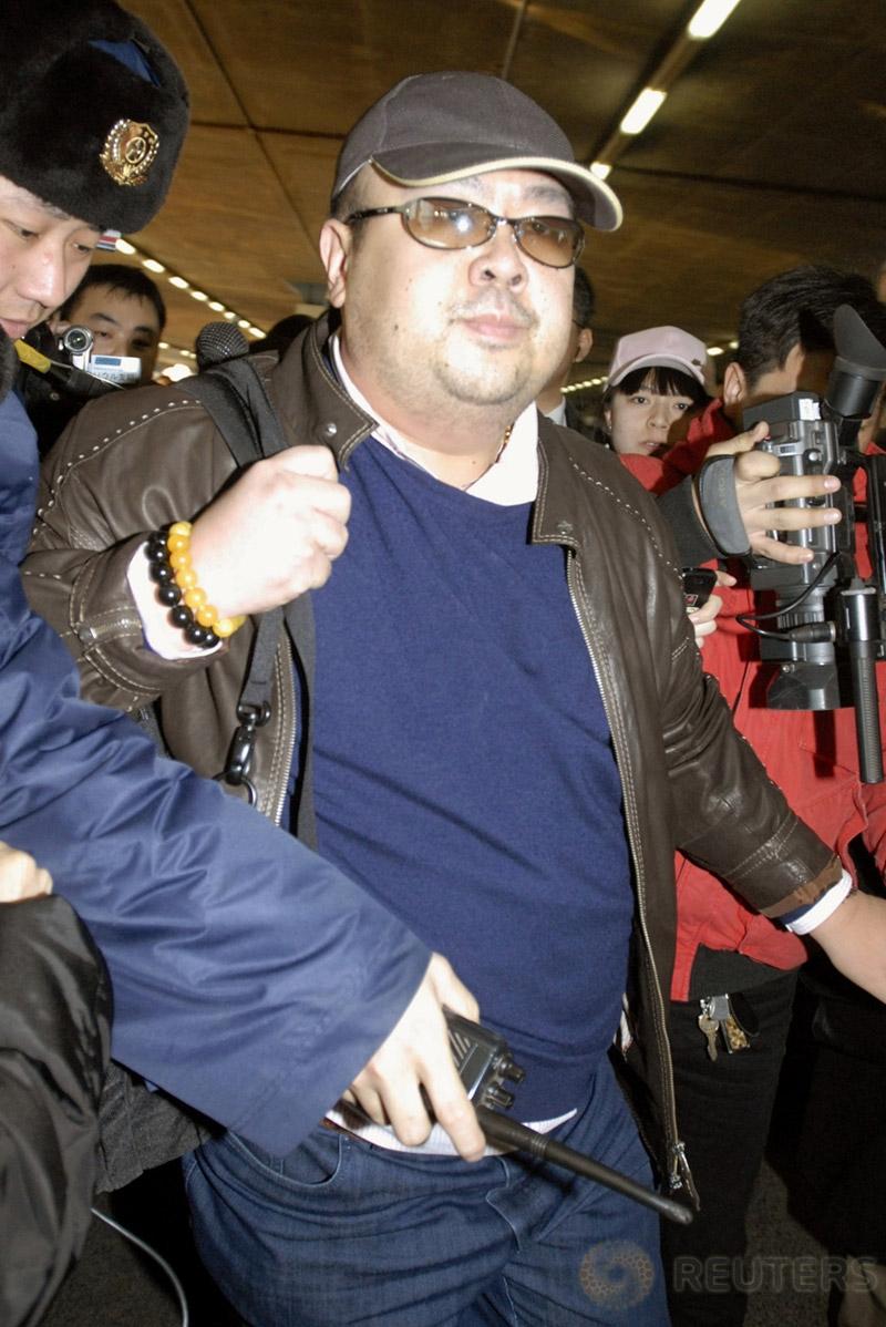 Kakak tiri pemimpin Korut Kim Jong-un, Kim Jong-nam tiba di Bandara Beijing, China, 11 Februari 2007. Kim Jong-Nam diduga tewas dibunuh karena diracun setelah ambruk di Bandara Internasional Kuala Lumpur. (Kyodo/via REUTERS)