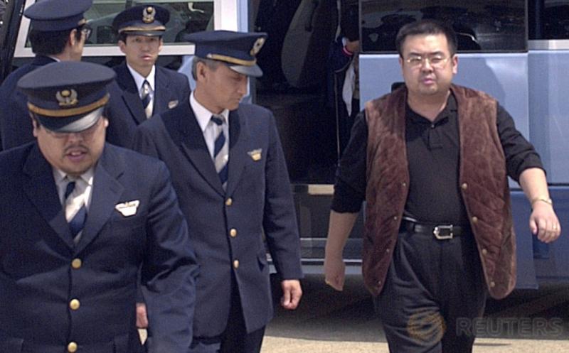 Kakak tiri pemimpin Korut Kim Jong-un, Kim Jong-nam dikawal pihak otoritas Jepang saat dideportasi dari Jepang di Bandara Internasional Narita, Tokyo, 4 Mei 2001. Kim Jong-Nam diduga tewas dibunuh karena diracun setelah ambruk di Bandara Internasional Kuala Lumpur. (Kyodo/via REUTERS)