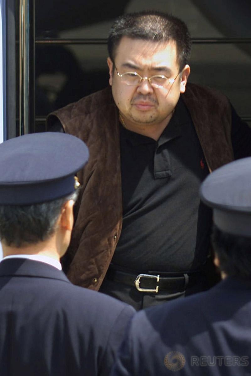 Kakak tiri pemimpin Korut Kim Jong-un, Kim Jong-nam dikawal pihak otoritas Jepang saat dideportasi dari Jepang di Bandara Internasional Narita, Tokyo, 4 Mei 2001. Kim Jong-Nam diduga tewas dibunuh karena diracun setelah ambruk di Bandara Internasional Kuala Lumpur. (REUTERS/Eriko Sugita)